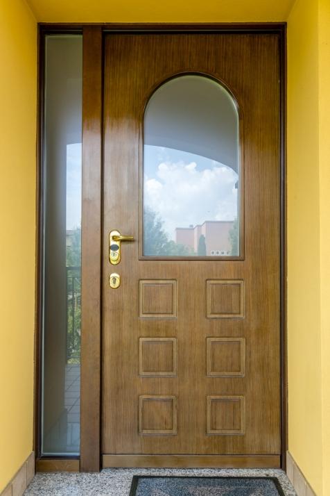 Realizzazioni Falegnameria Cometti - Porta blindata con vetro per sopralzo Villetta Romano di Lombardia