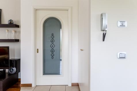 Realizzazioni Falegnameria Cometti - Porta interna pantografata e laccata con vetro sagomato per sopralzo Villetta Romano di Lombardia