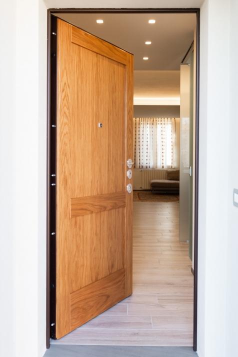 Realizzazioni Falegnameria Cometti - Portoncino di ingresso, appartamento in centro a Romano di Lombardia