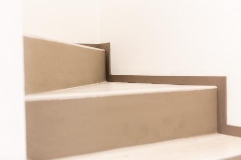 Realizzazioni Falegnameria Cometti - Zoccolino pavimento laccato, appartamento in centro a Romano di Lombardia